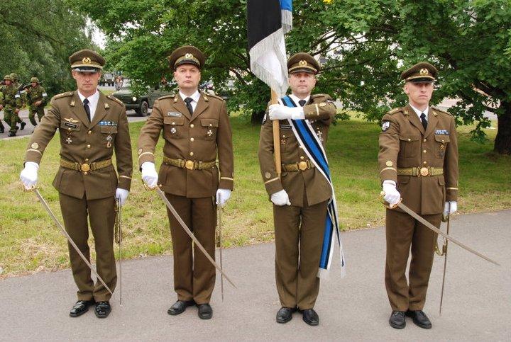 Eesti Reservohvitseride Kogu annetas pidulikul rivistusel kaitseväe ühendatud õppeasutustele lipu