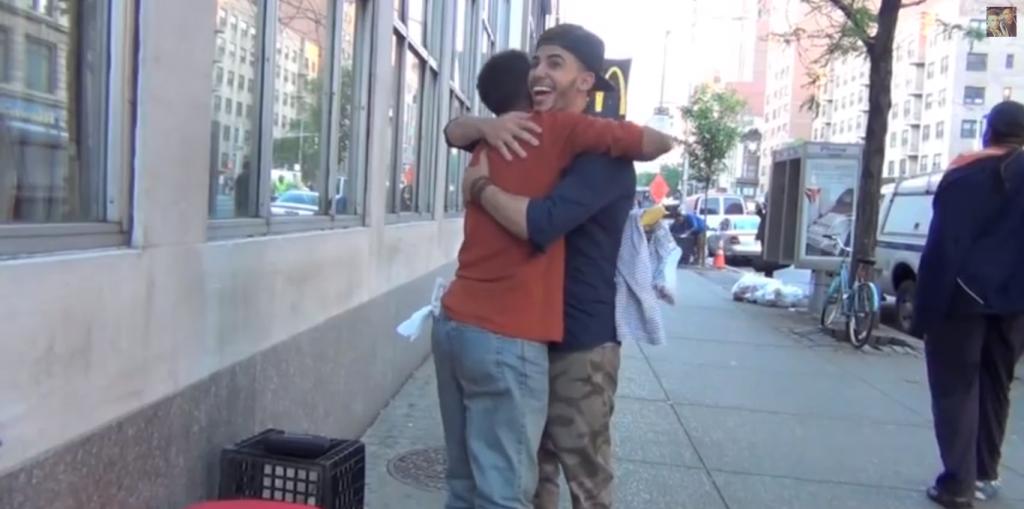 LIIGUTAV VIDEO! Noored poisid panevad kodutud naeratama!