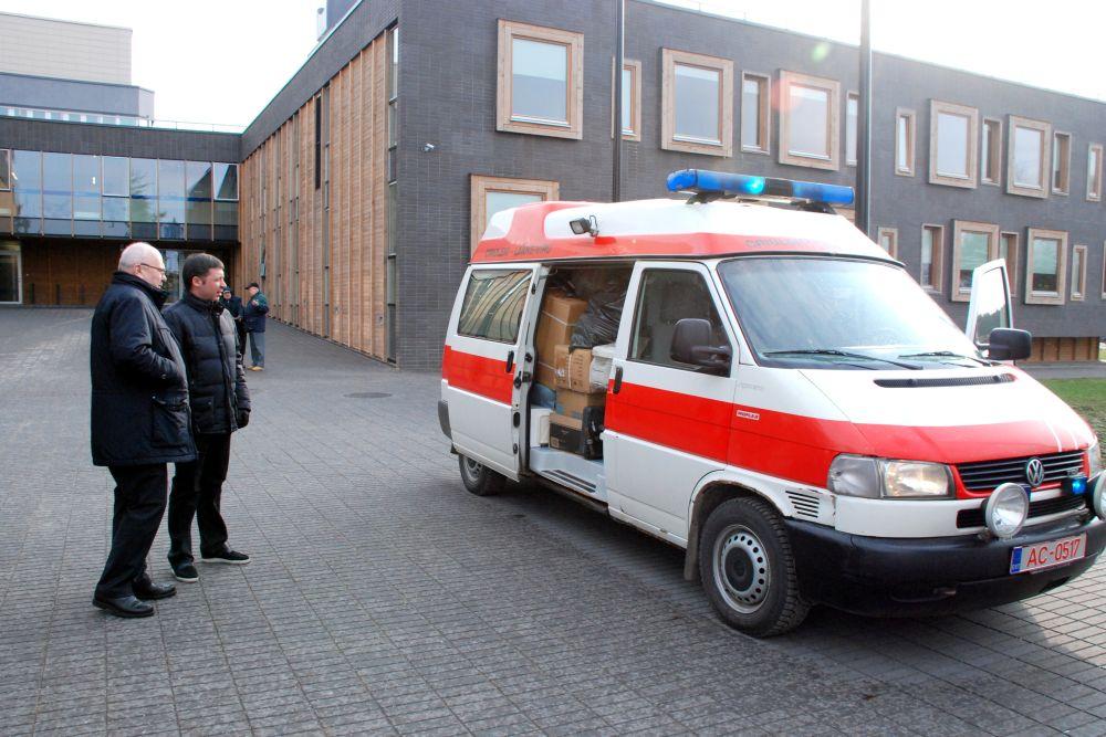 Lääne-Viru maavanem Einar Vallbaum ja Criuleni maavanem Vitalie Rotaru meditsiiniseadmeid täis laaditud kiirabiautoga