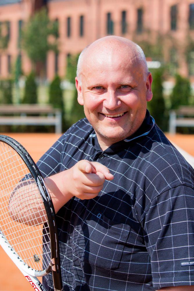 Jaanus Otsa mängib kohvriga tennist Tarvo Kralli vastu