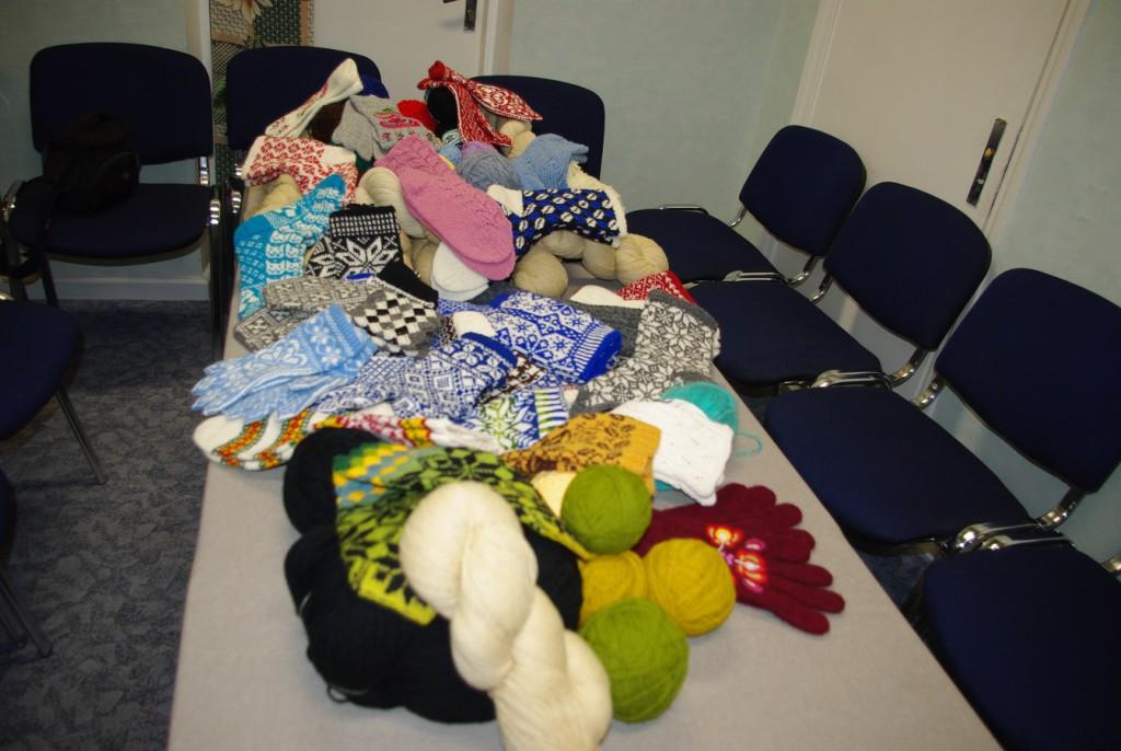 Annetatud lõngad, sokid ja kindad Naiskodukaitse Otepää jaoskonna ruumides Otepää vallavalitsuses.  Foto: Monika Otrokova