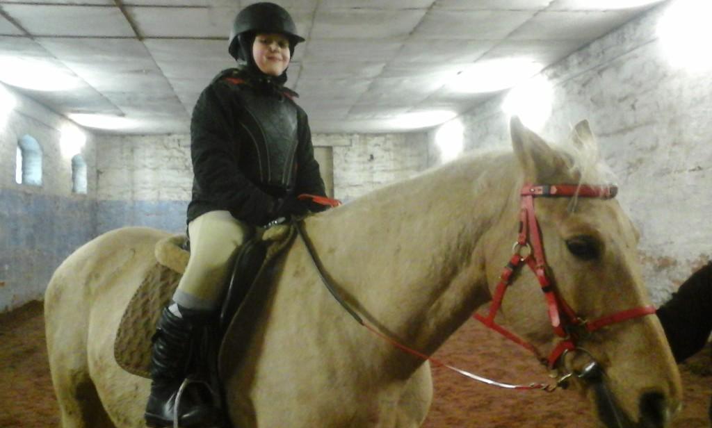 Lastefond võimaldab oma annetajate toel liigesehaigele tüdrukule ratsutamistreeninguid