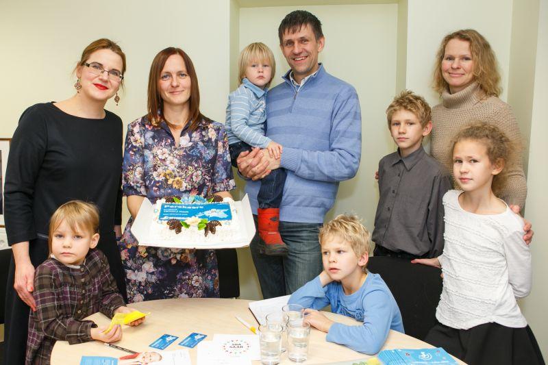 Suurperede liit kinkis Liisa Pakostale esimese uuenenud perekaardi