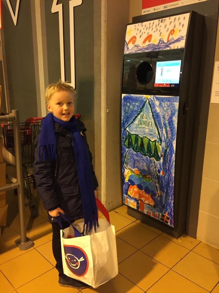 21. Kooli 2A õpilane Kasper Joel endakujundatud taaraautomaati külastamas Foto: Eero Nõgene.