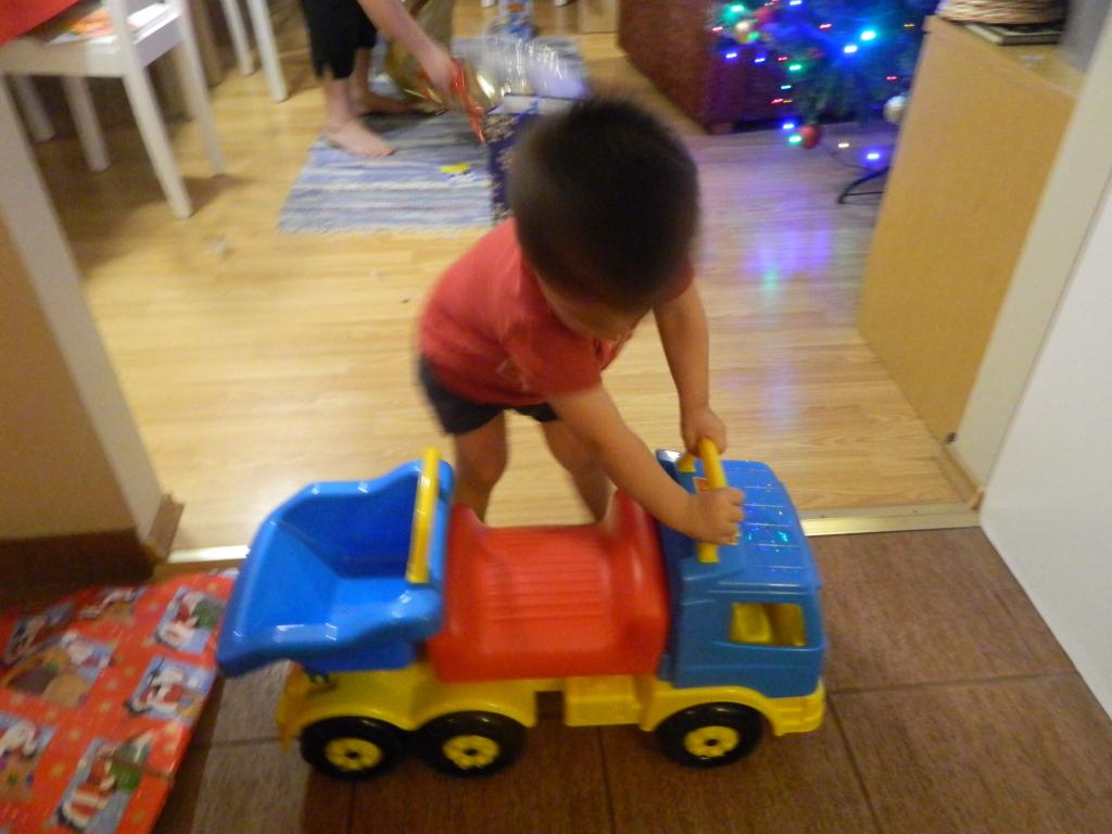 Väike Oskar soovis sel aastal suurt sinise kastiga autot, millega ta saab oma mänguklotse ühest toast teise transportida