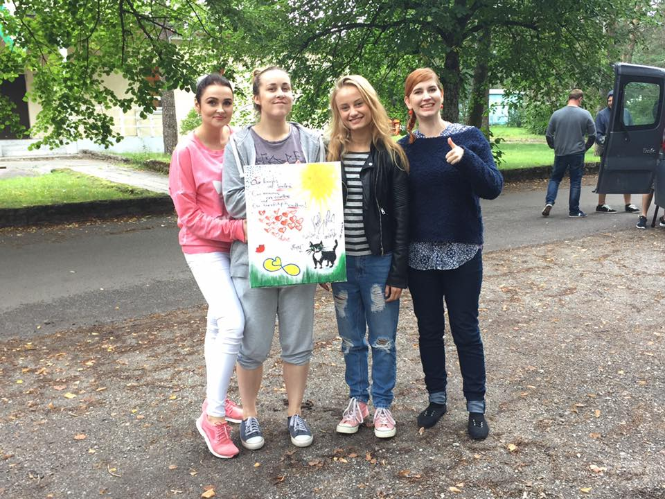 """VAATA VIDEOT! Suvesangarid löövad kaasa programmis """"Sõpruses peitub võlu"""", mis kogub kuulsate eestlaste maalitud piltidega raha heategevuseks"""