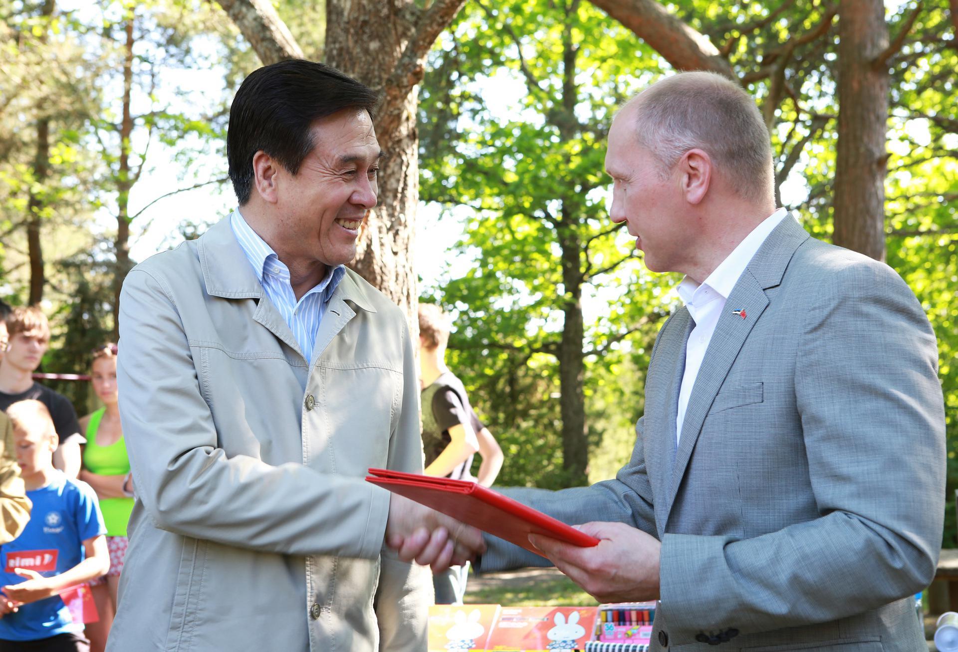 KINGITUSE VÄÄRTUS 151 515 USA DOLLARIT! Hiina Rahvavabariik teeb Lasteküla peredele suurejoonelise kingituse
