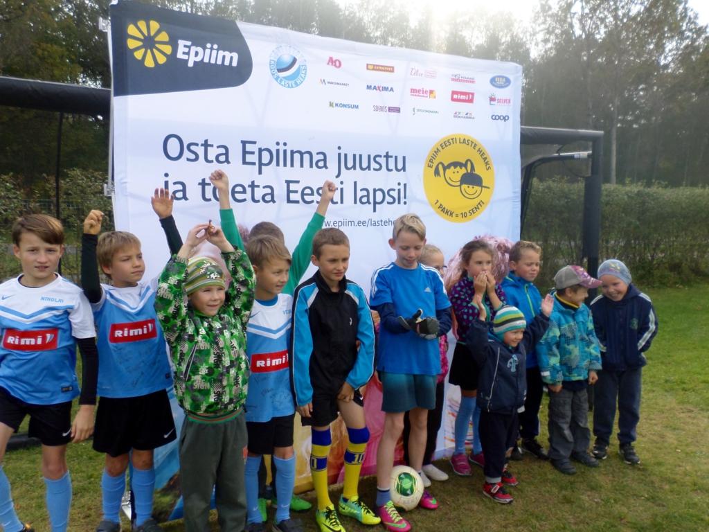 LASTE HEAKS! Põllumehed kinkisid Vinni perekodu lastele uued jalgpalliväravad