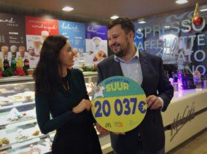 McDonald's Baltikumi turundusjuht Toomas Verrev andmas üle külastajate abiga kogutud annetust heategevusfondi Minu Unistuste Päev tegevjuhile Kristiina Gabor-Mägile