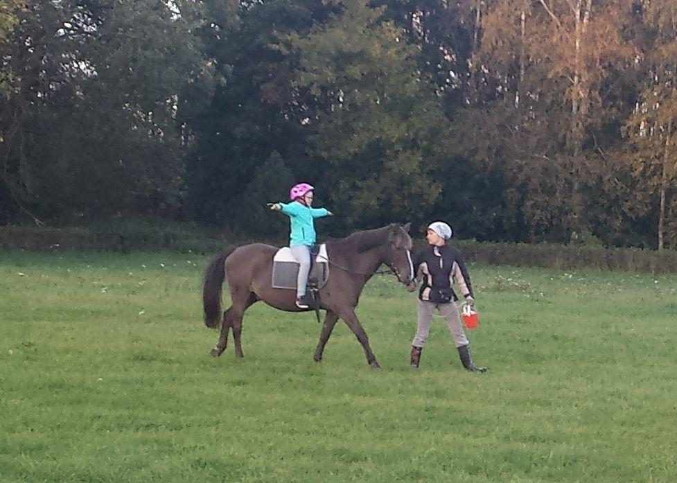 Tänu heade inimeste abile saab Downi sündroomiga tüdruk käia ratsutamisteraapias
