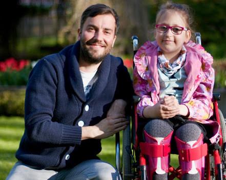Sinu abi on väga vaja! Haiguse ja operatsioonide tõttu ratastooli jäänud tüdruk vajab kõndimasaamiseks annetajate tuge