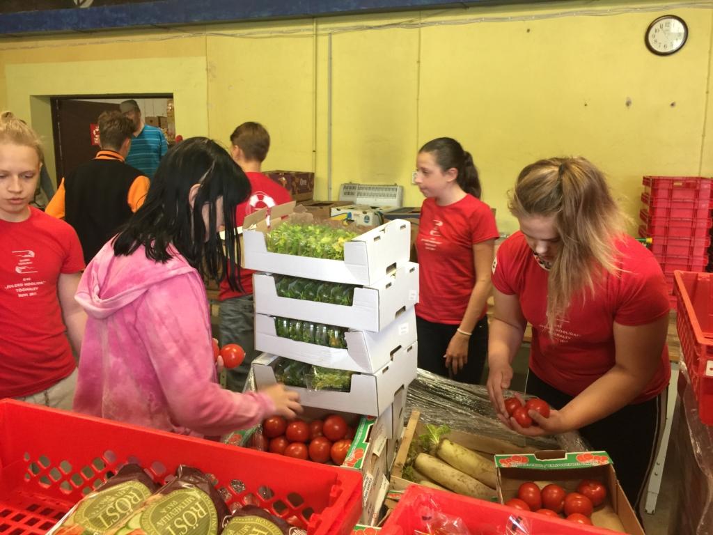 Töömalevlased aitasid abivajajatele toidupakke komplekteerida ja annetatud asju sorteerida
