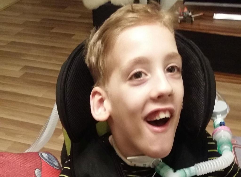 Vaimu-, liikumis- ja nägemispuudega poiss saab hea inimeste abiga tuge ravitoidu soetamisel