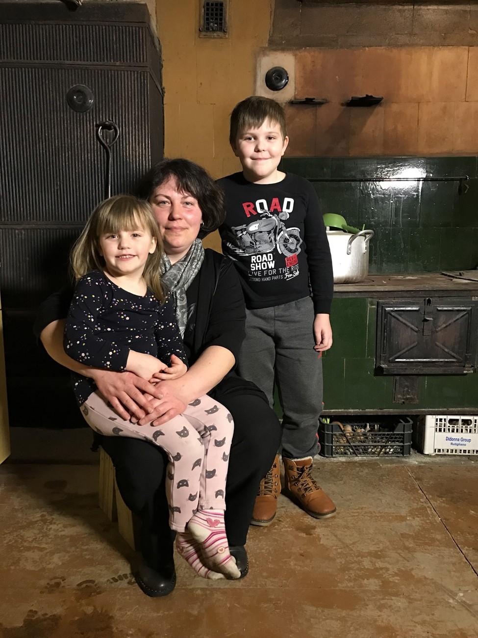 0435ba620c8 Sel korral abistavad saatetegijad traagilise eluteega südamlikku pereema,  kelle kodus puudub lastel isegi pesemisvõimalus.