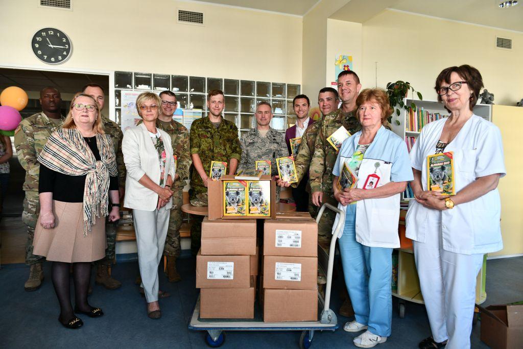 USA Marylandi Rahvuskaart üllatas Tallinna Lastehaiglat vahvate raamatutega