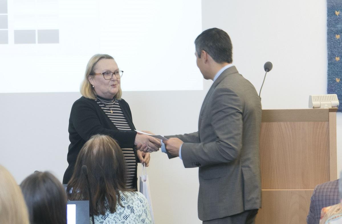 Mihhail Kõlvart andis volikogus üle tšeki 2866 eurot Tallinna Lastehaigla Toetusfondile