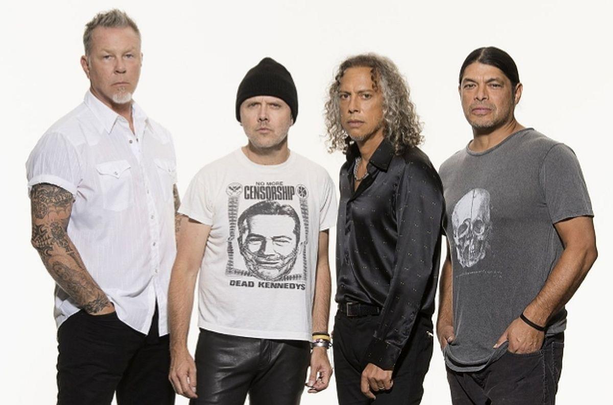 Metallicalt ilmub heategevuslik akustiline plaat