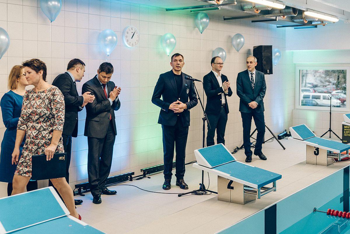 Urmas Sõõrumaa uuendas kingitusena Tallinna Laagna gümnaasiumi ujula