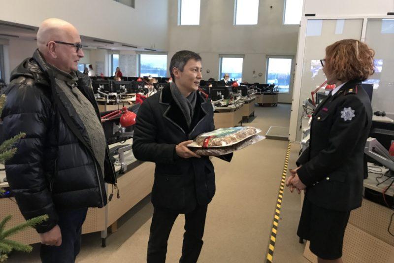 Poliitikud teevad head! Keskerakond jagas jõulude ajal töötavatele inimestele 400 kringlit