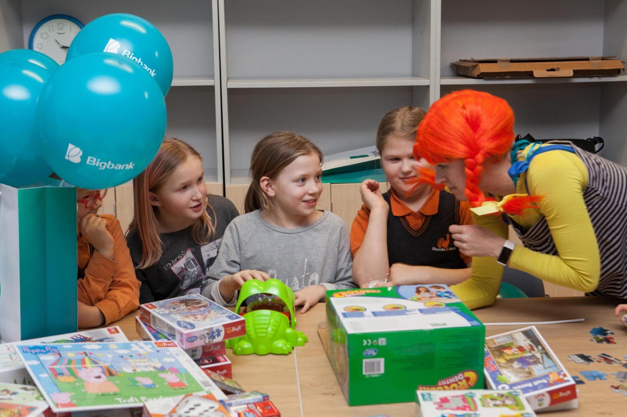 Bigbank kinkis lasterikkaid peresid ühendavatele organisatsioonidele 300 lauamängu