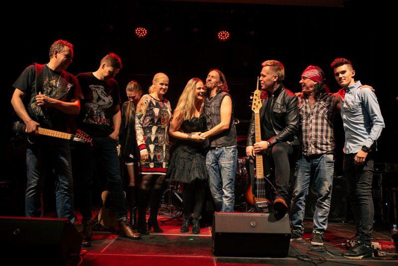 Video! Ansambel Kobra annetas kontserditulu naiste varjupaigale!