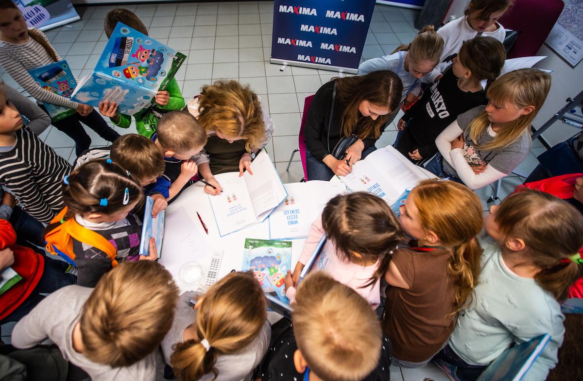 HEA TEGU I Maxima kinkis raamatukogule üle poole tuhande lasteraamatu