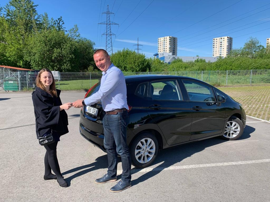 Honda esindaja Tõnu Vahtel andis üle uue auto võtmed, mille võttis vastu Lastefondi tegevjuht Kadri Org