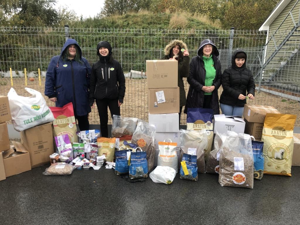Loomakaitsepäeval viidi varjupaikade loomadele suurtes kogustes toitu ja muid vajalikke asju