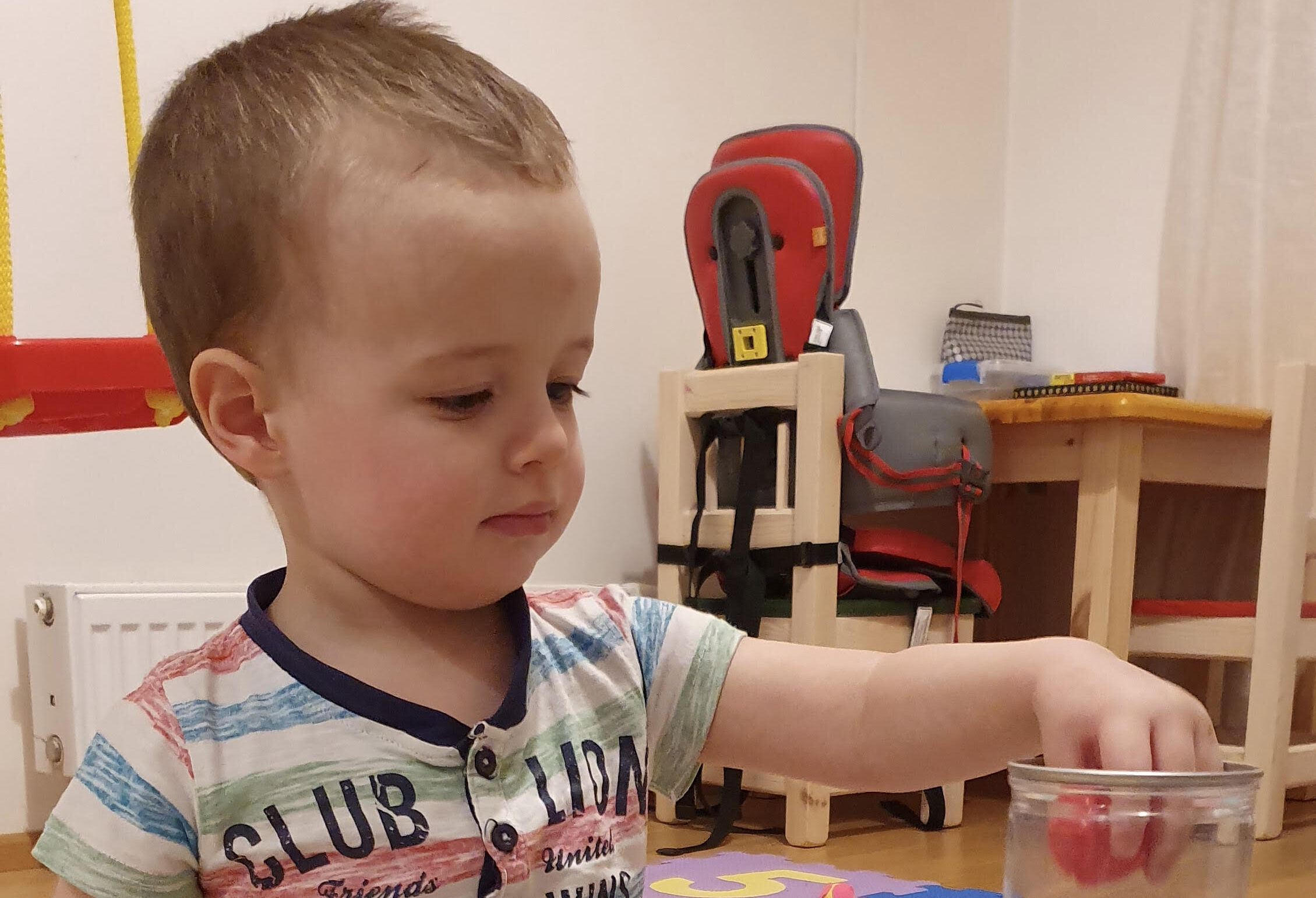 AITAME KOOS I Haruldast geenihaigust põdev 1-aastane Erik vajab täiendavat tegevusteraapiat, mis aitab tal õppida elust osa saama