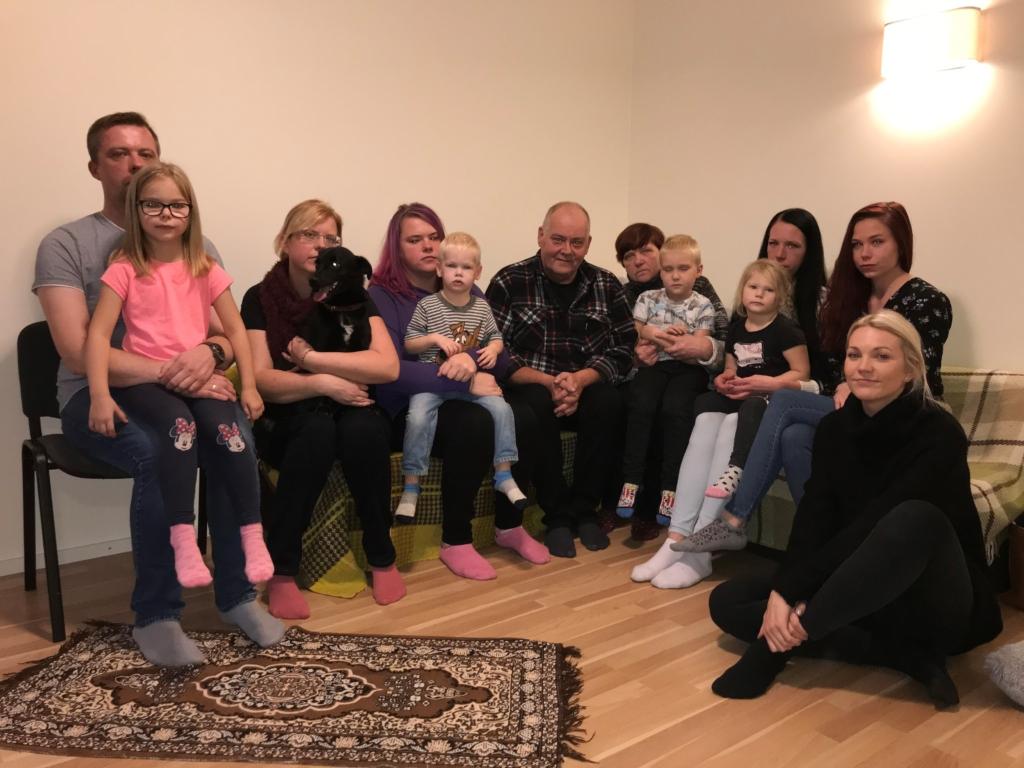 Inglite aeg_tuleonnetuses laose ja kodu kaotanud Muhu pere ja saatejuht Keili Sukijainen_TV3_2019