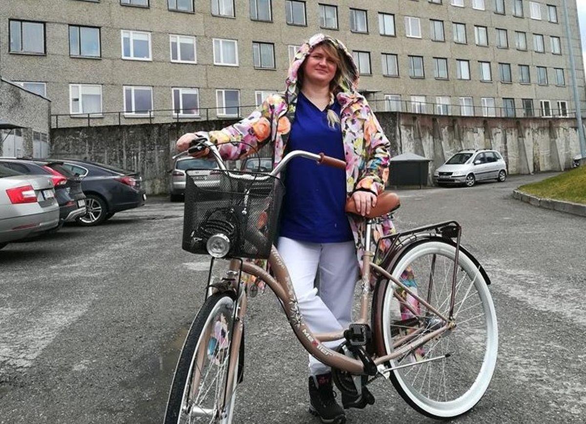 ILUS TEGU I Viljandi mees annetas haigla töötajale tööl käimiseks jalgratta