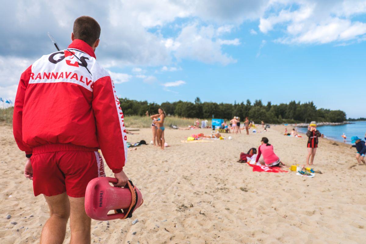 G4S rannavalvurid päästsid Pärnu rannas surfari