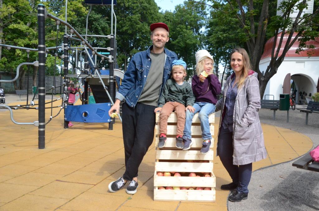 Marika Juusu koos Erki Pärnoja lastega Kalamaja pargis Õunakasti juures