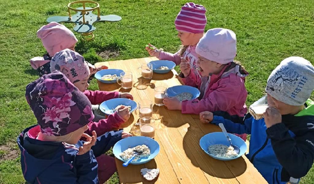 Arke Lihatööstus kinkis Põlgaste mudilastele piknikulauad
