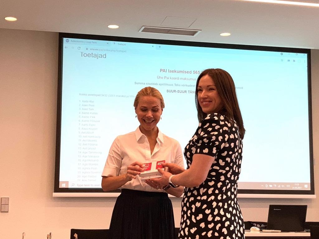 LHV Panga juhatuse esinaine Kadri Kiisel annab PAI kaardid üle Ida-Tallinna Keskhaigla õele Irina Kuznetsovale